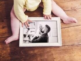 spiaci otecko s bábätkom na hrudi