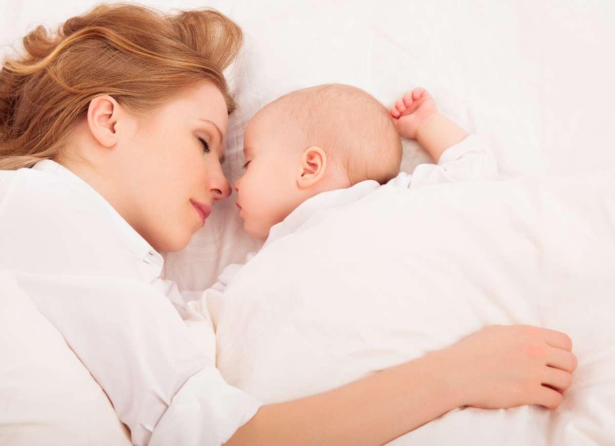 maminka spí s bábätkom v posteli