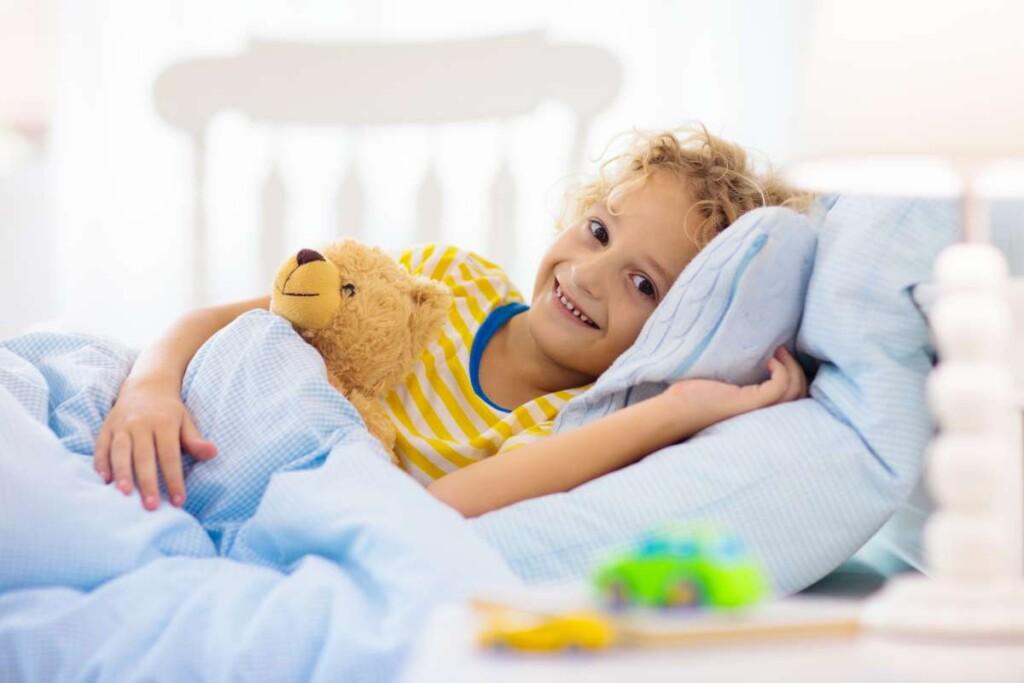 usmievavé dieťa v posteli