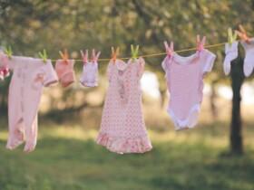 bábätkovské dupačky visiace na šnúre na bielizeň