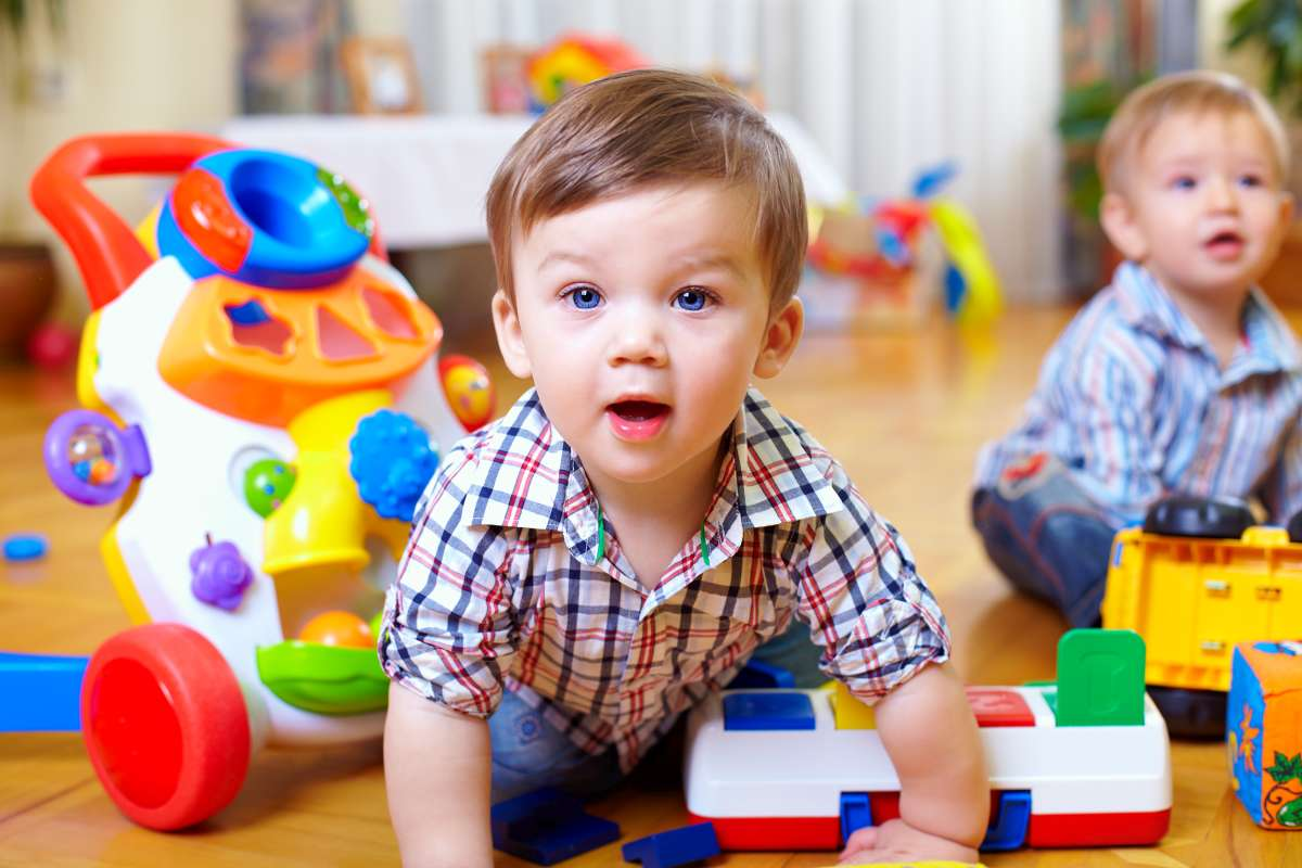 dvaja chlapci medzi hračkami