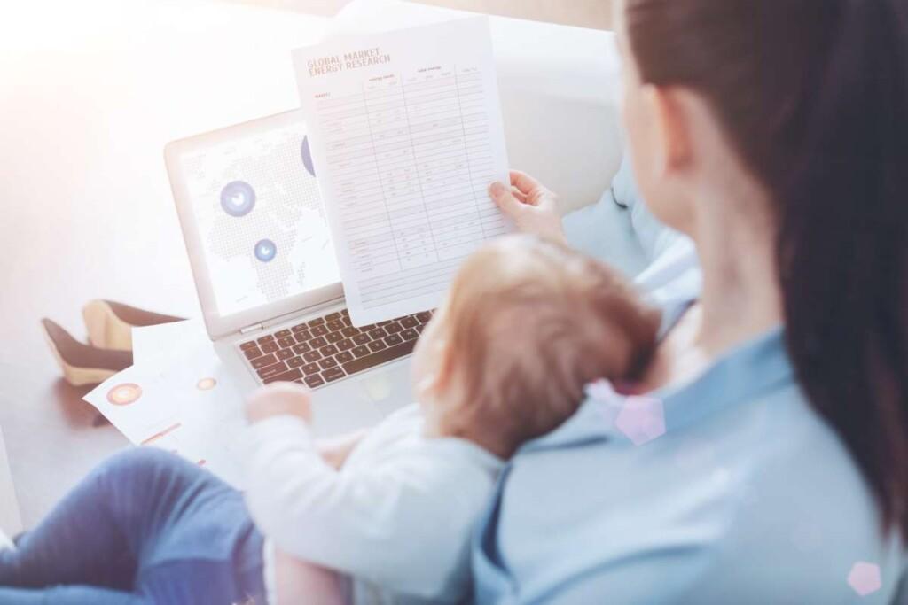 mamička s bábätkom číta finančný report