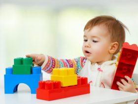 dieťa hrajúce sa s veľkým legom