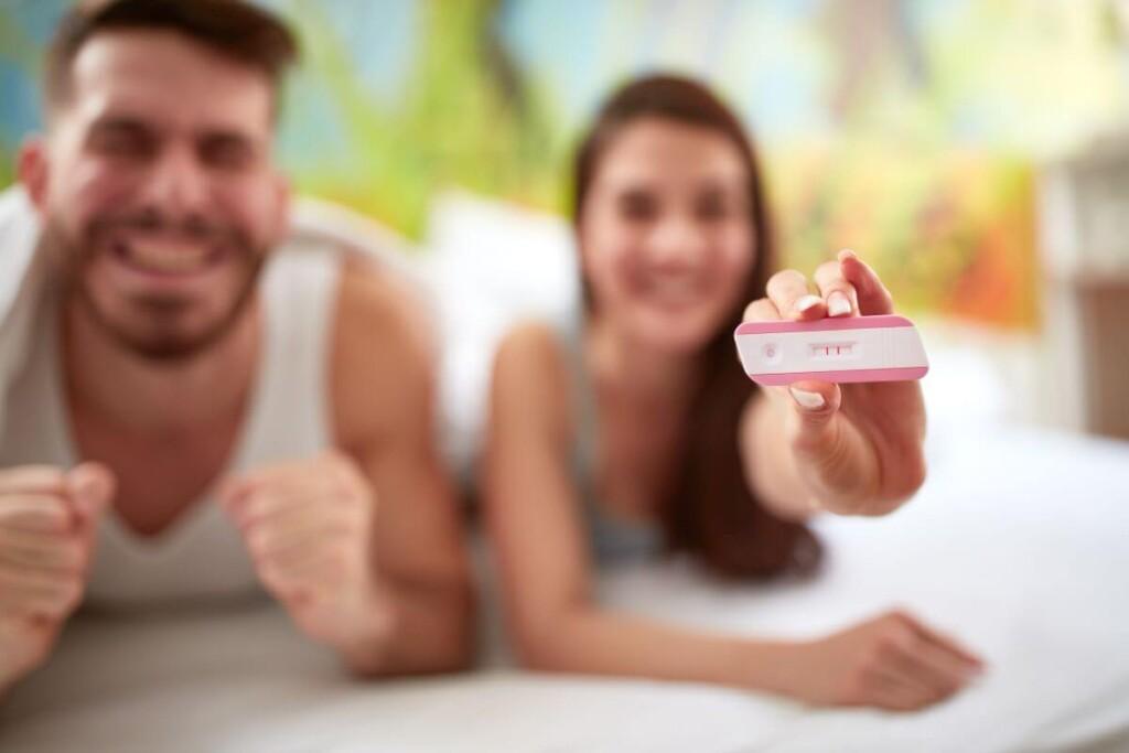radosť mladej dvojice z pozitívneho tehotenského testu